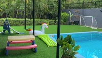 <p>Halaman rumah Whulandary Herman memiliki tempat yang luas sebagai area bermain anak-anak. Mereka juga membangun sebuah kolam renang di rumahnya. (Foto: Instagram @whulandary)</p>