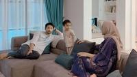 <p>Sementara itu di ruang keluarga, Whulandary Herman sering menghabiskan waktu berbincang ketika sedang quality time bersama anak dan suami. Mereka bersantai di atas sofa minimalis. (Foto: Instagram @whulandary)</p>