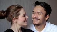 <p>Pasangan Aktor Randy Pangalila dan istri bulenya, Chelsey Frank, dikaruniai seorang bayi perempuan cantik, Bunda. (Foto: Instagram @randpunk)</p>