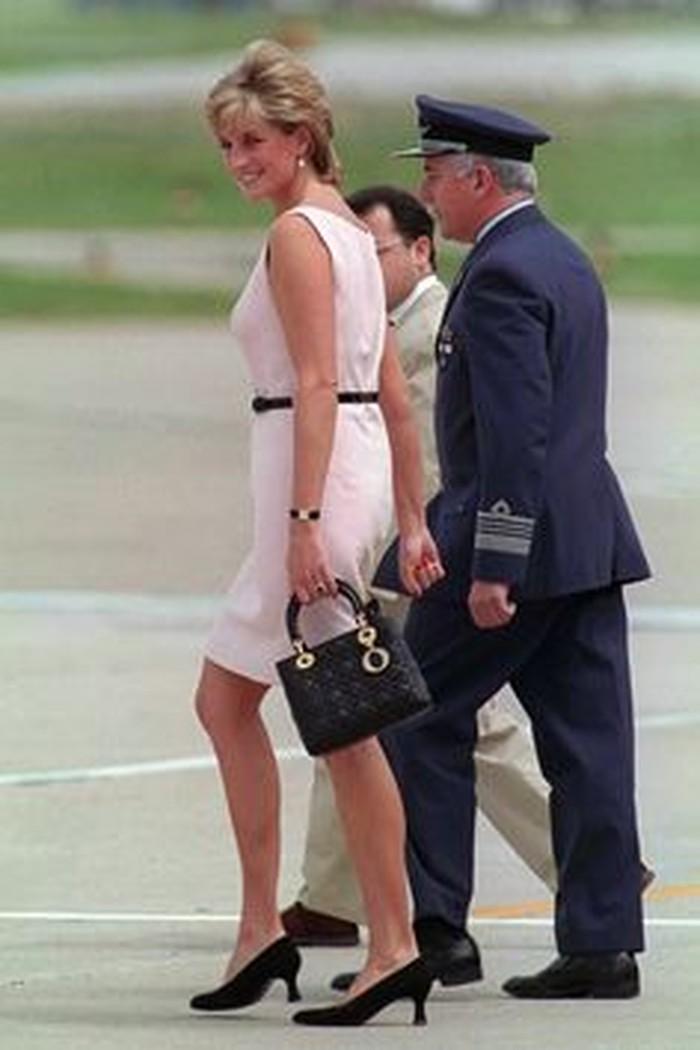 Tas mewah satu ini tidak diragukan lagi desainnya. Telah dipakai Putri Diana pada tahun 90an, Lady Dior sangat familiar dari dulu hingga sekarang. Cocok untuk segala gaya dari kasual hingga formal! (foto: pinterest.com)