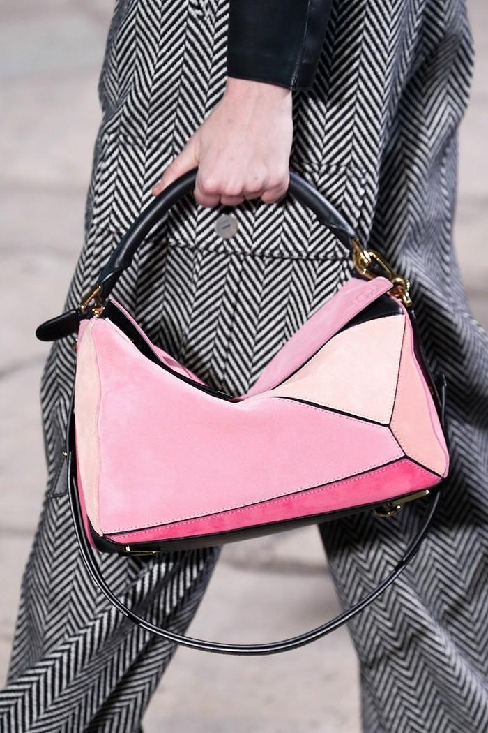 Diantara tas klasik lainnya, Puzzle Bag dari Loewe memiliki model yang lebih playful. Hadir dalam beberapa pilihan warna, Puzzle Bag ini cocok bagi mereka yang menyenagi gaya yang edgy. (foto: vogue.com)