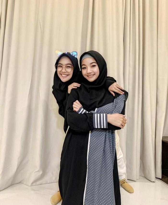 Foto bersama Ria Ricis, Glenca Chysara mengenakan balutan busana muslimah dengan hijab dan gamisnya yang berwarna hitam, tampak sangat berbeda dengan peran Elsa. Keduanya tampil sangat manis dan cantik/foto: instagram.com/glencachysaraofficial