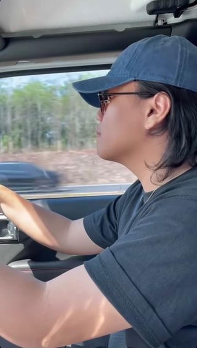 Awkarin melakukan road trip dari Jakarta ke Bali bareng teman-temannya. Yuk kita intip keseruannya!