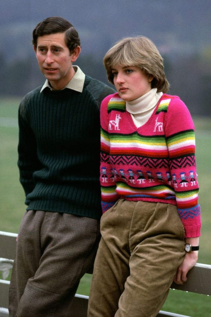 Pada tahun 1981 beberapa bulan sebelum pernikahannya, Diana menemani Pangeran Charles mengunjungi Balmoral Castle di Skotlandia. Mengenakan colourfull sweater dipadukan dengan inner high neck menambah kesan stylish pada dirinya.(foto:oprahdaily.com)