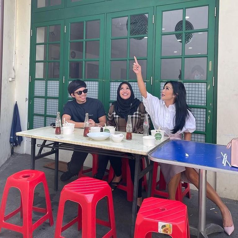 Krisdayanti baru-baru ini mengunggah momen makan di warung bareng Aurel dan Atta tuai pujian. Yuk intip potretnya!