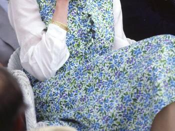 Mengenakan floral wrap dress karya Donald Campbell dipadukan dengan white choker Putri Diana terlihat chic simple. Ia adalah sosok pelopor di dunia fashion dari dulu hingga sekarang.(foto:https://www.harpersbazaar.com)
