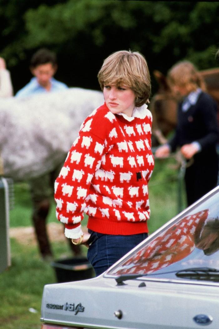 Putri Diana saat berada di pertandingan Windsor Polo tahun 1980 menggunakan sweater hangat merah bermotif kambing. She looks so stunning! (foto:oprahdaily.com)