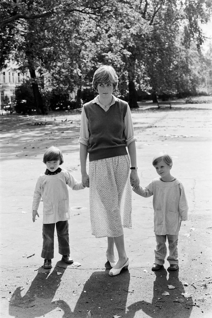 Sebelum menjadi istri Pangeran Charles, Diana bekerja sebagai guru di sebuah TK di London. Pada saat itu ia sudah mengenakan outer rajut yang hits lagi saat ini. (foto:oprahdaily.com)