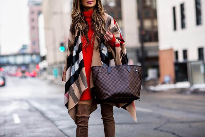 Seri Neverfull milik Louis Vuitton merupakan salah satu model tas klasik yang cocok untuk berbagai gaya. Tas branded yang dirilis tahun 2007 ini memiliki ukuran yang besar sehingga cocok untukmu yang suka membawa banyak barang. (foto: pinterest)