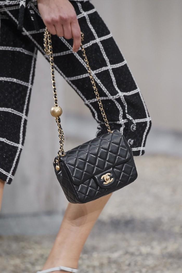 Tas klasik berikutnya adalah Chanel Classic flap yang telah rilis tahun 1955 ini identik dengan detail quilted dan rantai pada tali. Harganya baik baru maupun preloved bahkan terus melonjak tiap tahun. (foto: vogue.com)