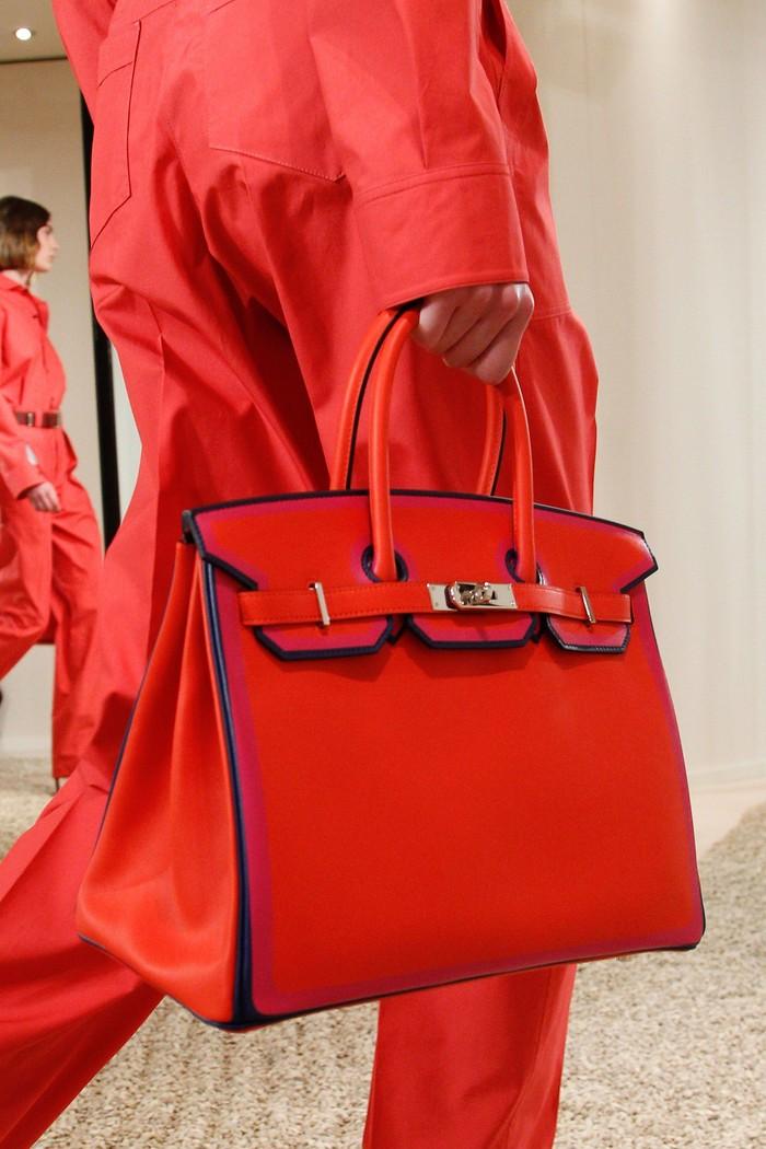 Tidak lengkap rasanya jika tidak memasukkan Hermès dalam daftar tas klasik. Tas Hermes Birkin yang telah pertama kali dirilis di era '80an ini memiliki desain yang timeless, sangat pas untuk formal atau casual look. (foto:vogue.com)
