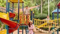 <p>Meski sangat aktif berolahraga, Karan dan Harrneel juga sering bermain layaknya anak-anak pada umumnya. Tengok saja potret keseruan mereka ketika bermain di taman bersama sang Bunda. (Foto: Instagram @its_karanharneel)</p>