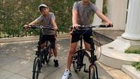 <p>Sebagai anak laki-laki, Karan dan Harrneel sedang berada di usia yang sangat aktif. Mereka begitu antusias dengan bidang olahraga dan kerap melakukan aktivitas di luar ruangan. (Foto: Instagram @its_karanharneel)</p>