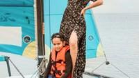 <p>Bunga Zainal tak mau kalah dengan kedua putranya. Tengok saja posenya ketika mendampingi sang putra berpetualang di laut. (Foto: Instagram @its_karanharneel)</p>