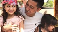 <p>Menikah pada Agustus 2009, Kenang Mirdad dikaruniai dua putri cantik dari pernikahannya dengan Tynna Kanna. Mereka adalah Alaia Lavmintikana Mirdad dan Aluna Laila Mirdad. (Foto: Instagram @kenangmirdad)</p>