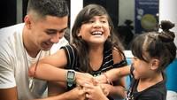 """<p>Kenang Mirdad selalu punya cara untuk menyenangkan kedua buah hatinya. Seperti ketika bermain lomba membuka jari tangan. """"Ada yang bisa buka jari ayah, ayah kasih kiss,"""" kata Kenang pada kedua putrinya. (Foto: Instagram @kenangmirdad)</p>"""