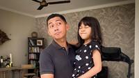 <p>Meski sudah besar, anak-anak Kenang Mirdad masih suka meminta digendong oleh sang ayah nih. Bikin gemas! (Foto: Instagram @kenangmirdad)</p>