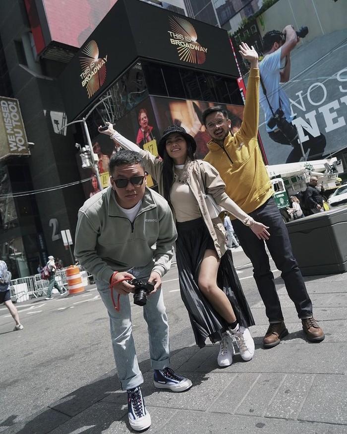 Berbeda dengan Arief Muhammad dan Den Dimas yang tampak maskulin dengan jumper dari Erigo, Rachel Vennya mengenakan pleated skirt hitam dengan slit yang membuatnya semakin feminin dan seksi. Foto: instagram.com/ariefmuhammad