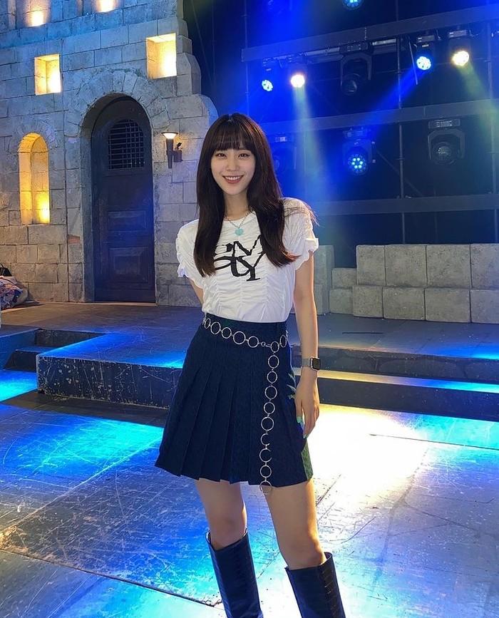Boots juga bisa dipadupadankan dengan pleats skirt dan t-shirts, cocok banget buat kamu yang suka tampil simpel. /Foto: Instagram.com/young-g-hur
