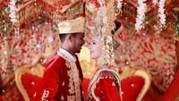 <p>Danil Gustian, pria bersuku Minang ini berhasil memikat hati gadis cantik asal Prancis bernama Clementin Vincent, Bunda. Keduanya pun menikah pada 2019 lalu. (Foto: Instagram @clem_bule_minang)</p>
