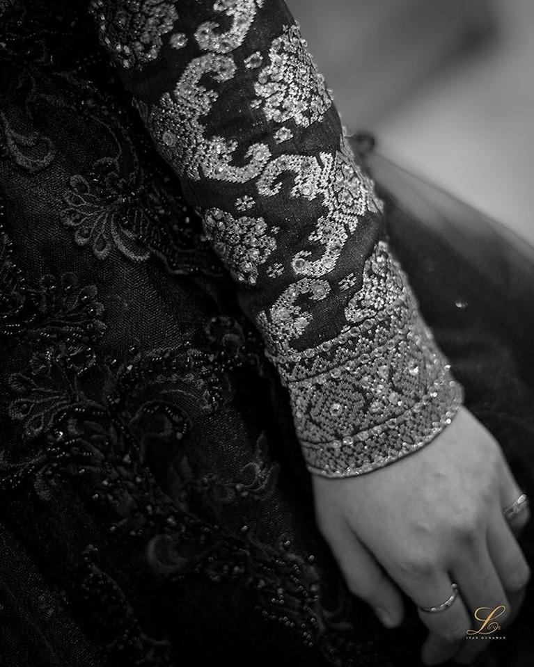 Dalam acara Ngunduh Mantu, Lesti memakai gaun yang dirancang Ivan Gunawan hanya dalam waktu hari. Yuk intip detailnya!