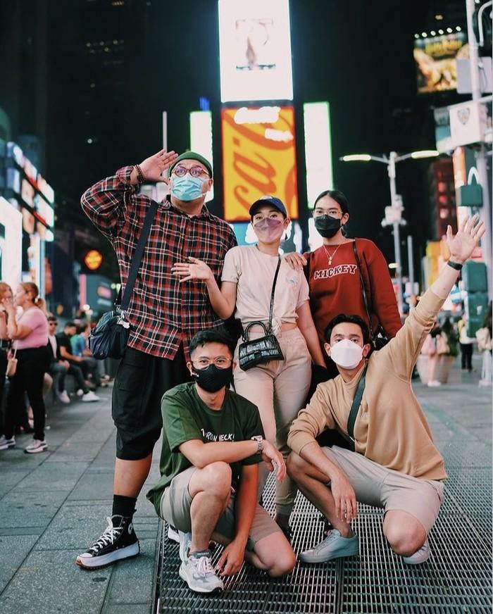Keseruan tim Erigo selama di New York untuk memeriahkan debut peragaan busana brand lokal tersebut di New York Fashion Week 2022 masih berlangsung. Simak kelanjutannya di media sosial mereka ya, Beauties! Foto: instagram.com/omardaniel_
