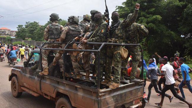 Perwira militer Guinea, Mamadi Doumbouya, mengatakan pihaknya menutup perbatasan negara dan membubarkan konstitusi serta lembaga negara.