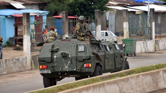 Presiden Guinea, Alpha Conde, ditahan pihak militer usai terjadi baku tembak oleh militer terutama pasukan khusus dengan diduga pasukan pengawal presiden.