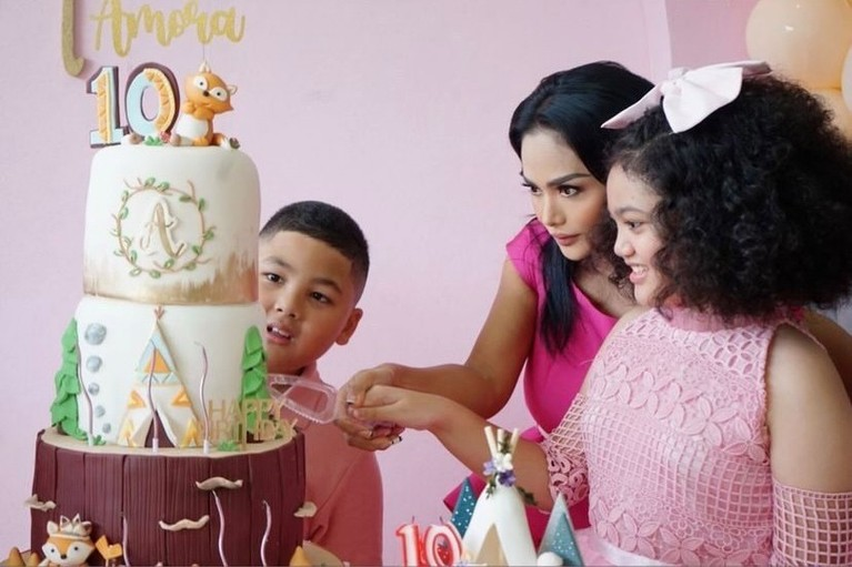 Amora putri Krisdayanti dan Raul Lemos berulang tahun yang ke 10. Yuk intip momen meriah ultah Amora meski tak ada Raul Lemos!