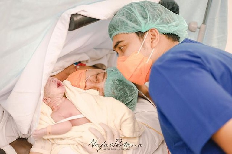 Chelzea Verhoeven adik Paula Verhoeven baru saja melahirkan anak pertamanya. Yuk kita intip potret baby Razka!