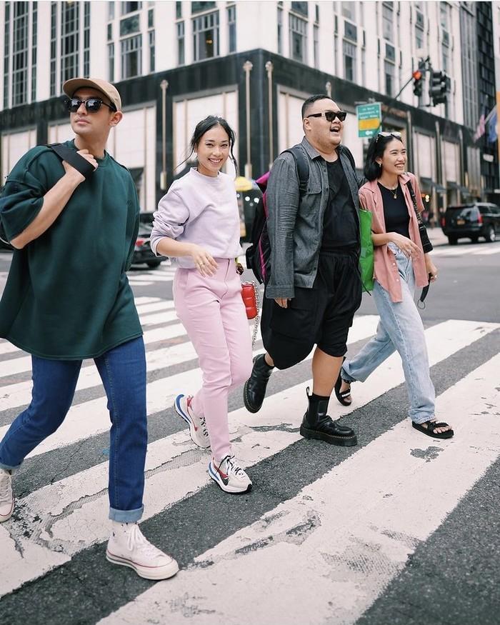 Pose menyeberangi jalan di tengah keramaian New York jadi semakin menarik dengan street style yang on point. Kasual dan sporty, Omar Daniel, Ayla Dimitri, Reza Chandika, dan Alika Islamadina mengenakan Erigo. Foto: instagram.com/omardaniel_