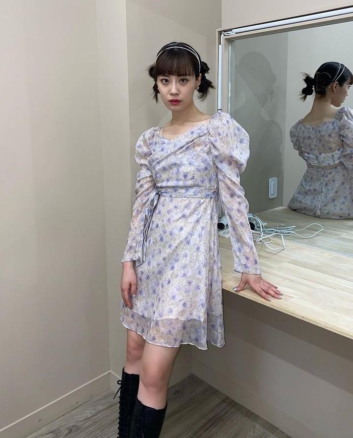 Tak melulu identik dengan tomboy, boots juga bisa dipadupadankan dengan dress bermotif flower seperti yang dipakai Young Ji bikin penampilanmu lebih girly, nih Beauties./Foto: Instagram.com/young-g-hur