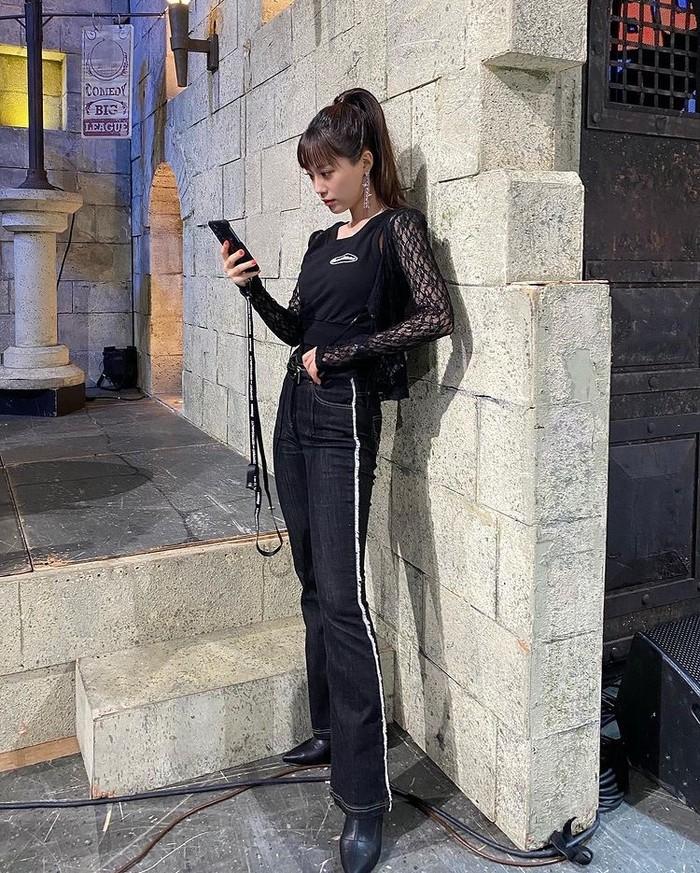 Tampil kasual serba hitam dengan memadupadankan socks boots dengan atasan sporty sleeveless dari brand threetimes dan denim pants dari brand O!Oi yang berwarna senada./Foto: Instagram.com/young-g-hur