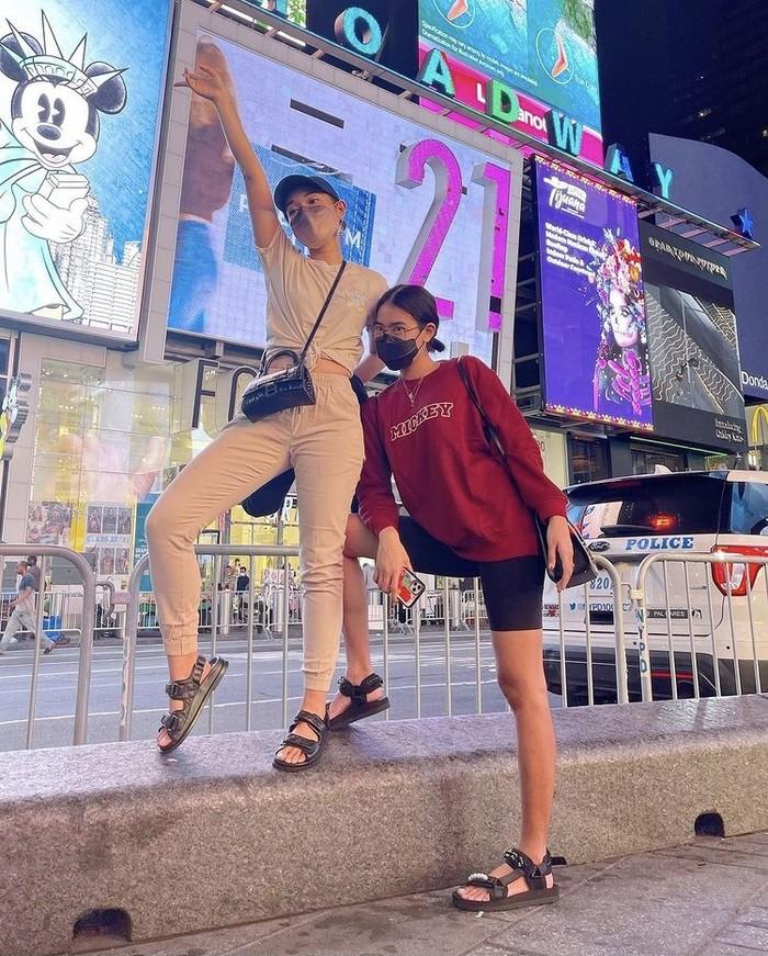 Tiba hari Senin (30/8), Alika dan Ayla Dimitri segera berfoto di Times Square mengenakan baju koleksi ErigoxDisney. Saat Ayla memilih untuk memadupadankan dengan celana panjang, Alika mengenakannya dengan biker shorts. Foto: instagram.com/alikaislamadina