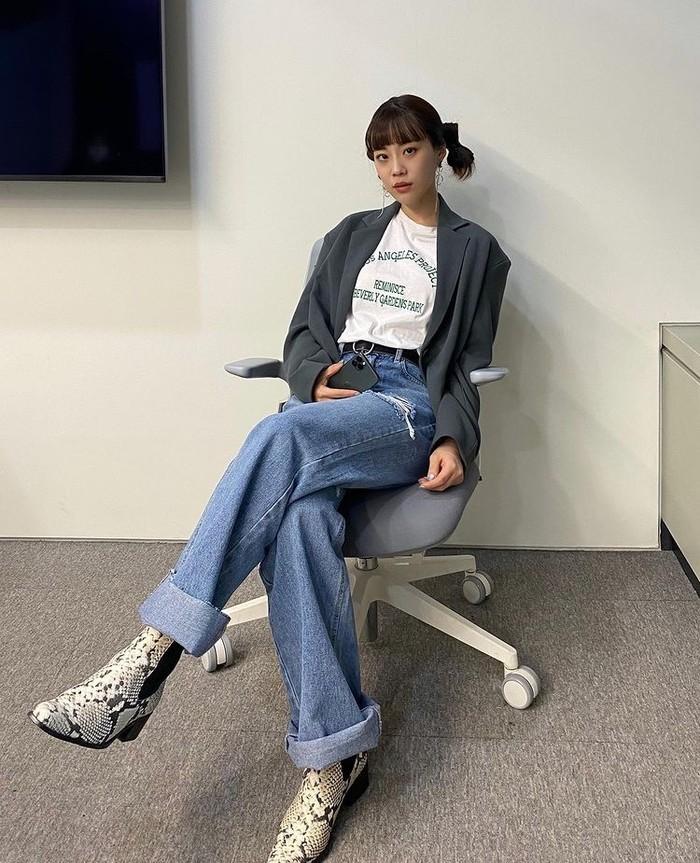 Young Ji memadupadankan boots bercorak kulit ular dengan atasan kaos dan oversized blazer serta celana denim jeans. Dengan memakai boots bercorak unik akan membuat penampilanmu semakin beda, deh./Foto: Instagram.com/young-g-hur
