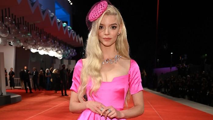 Intip Gaya Anya Taylor-Joy yang Penuh Warna di Venice Film Festival! Mirip Barbie Nggak Sih?