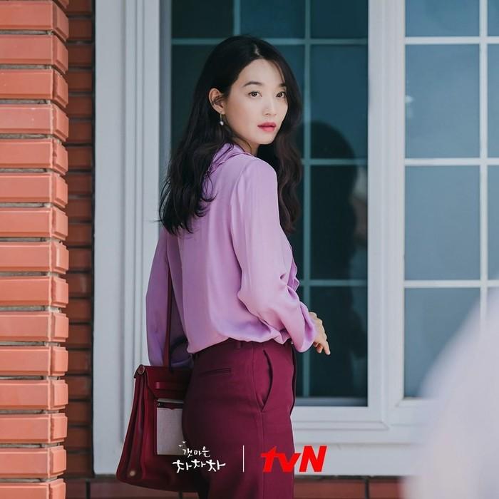 Gaya berpakaian tokoh Yoon Hye Jin saat hendak pergi ke Seoul untuk menghadiri acara pernikahan temannya ini bisa jadi inspirasi untuk outfit ke kantor, Beauties. Dalam dramanya sendiri, Yoon Hye Jin memilih baju terbaik sampai rela membeli puluhan baju melalui online shop./Foto: instagram.com/netflixid