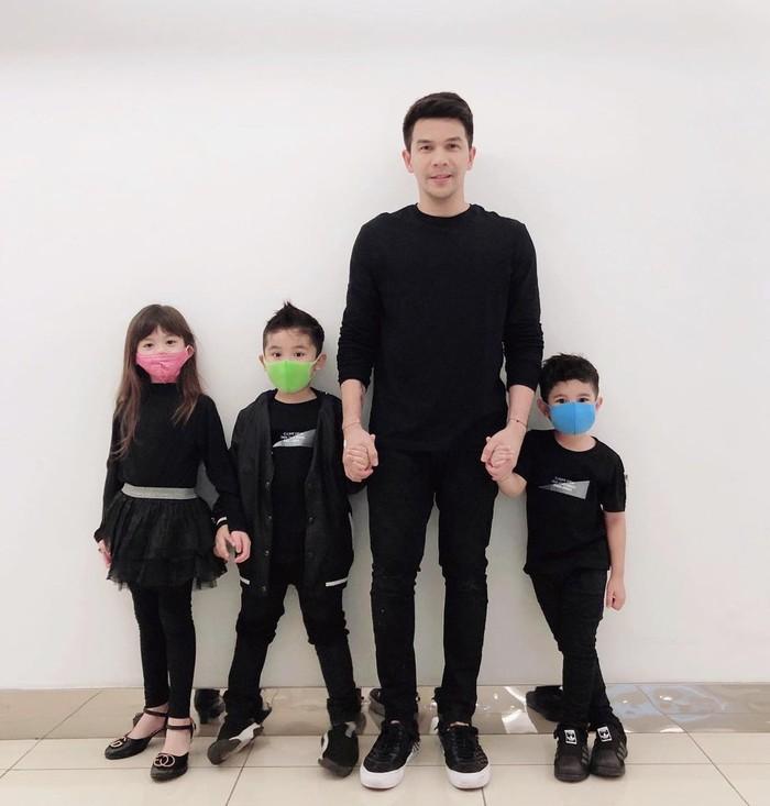 Berbagai potret ketiganya pun rajin dibagikan oleh pria berusia 39 tahun ini. Seperti potretnya yang satu ini, Ijonk dan ketiga anaknya kompak menggunakan outfit serba hitam. (Foto: Instagram.com/ijonkfrizzy)