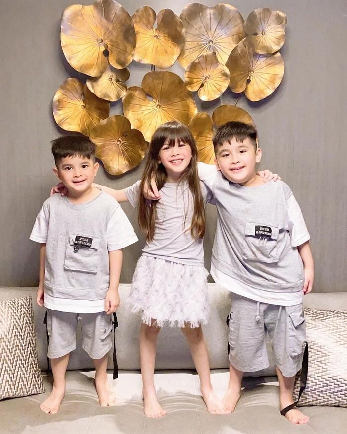 Zoe Joanna Frizzy Simanjuntak dan Zac Jaden Frizzy adalah anak pertama dan kedua Ijonk, keduanya terlahir kembar. Lalu di tahun 2016, pasangan ini kembali dikaruniai buah hati yang diberi nama Zayn Jowden Frizzy Simanjuntak. (Foto: Instagram.com/ijonkfrizzy)