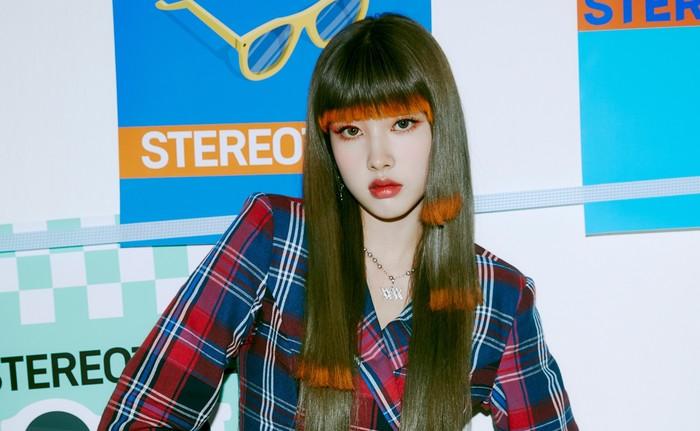 Pada comeback kali ini, Yoon tampil dengan model rambut bertingkat yang unik. Rambutnya terbagi menjadi tiga tingkat di sebelah kiri, dua tingkat di sebelah kanan, dan memakai poni./Foto: twitter.com/STAYC_Official