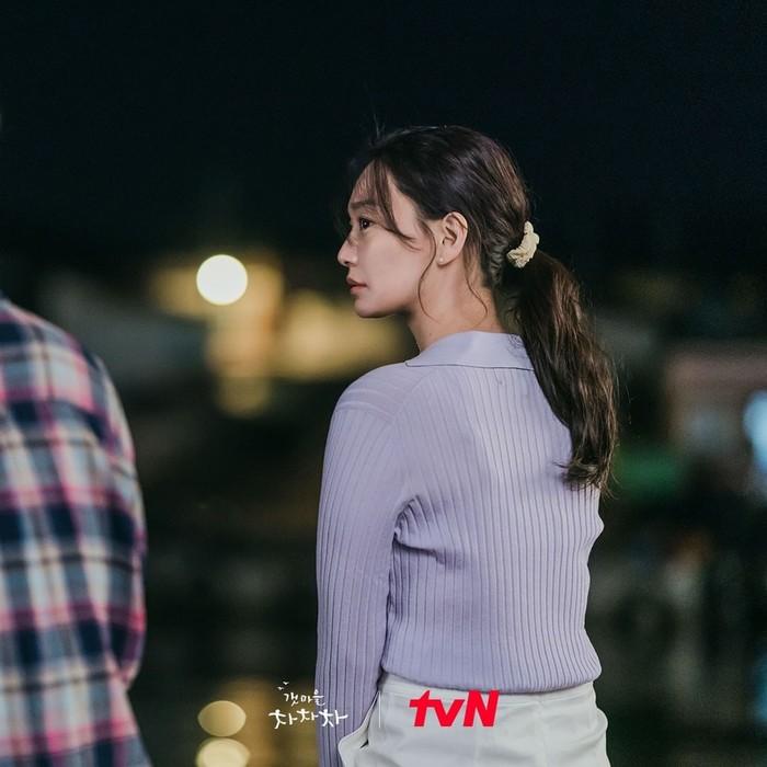 Pakaian yang dikenakan Shin Min Ah ini saat ia beradu akting dengan Kim Seon Ho di tepi pantai. Perpaduan warna lilac dan putih tulang sangat cantik untuk dikenakan, Beauties!/Foto: instagram.com/netflixid