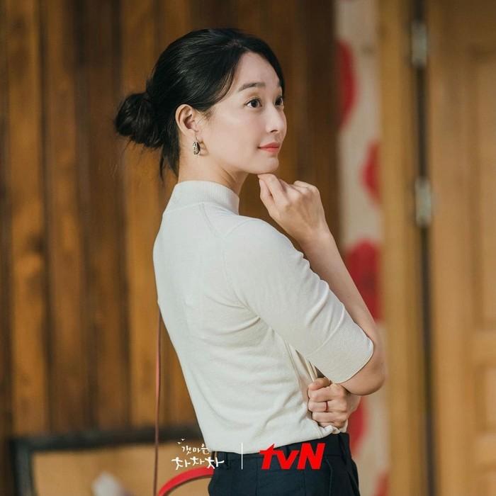Pakaian Yoon Hye Jin ini dipakai ketika ia memutuskan untuk tinggal di Gongjin dan memilih tempat untuk rumah dan klinik baru. Ia dibantu oleh Hong Banjang yang diperankan oleh Kim Seon Ho. Pilihan pakaian yang nyaman dengan gaya updo hair ala Yoon Hye Jin juga bikin penampilan tambah fresh!/Foto: instagram.com/netflixid