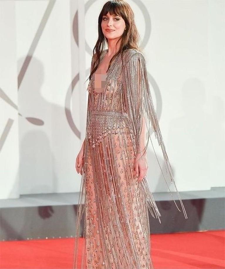 Dakota Johnson tampil dengan gaun transparan di Festival Film Venesia ke-78 jadi sorotan. Yuk kita intip penampilannya!