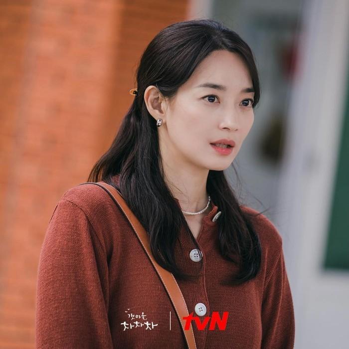 Penampilan Yoon Hye Jin dengan cardigan berwarna cokelat ini merupakan saat pertama kalinya ia hadir di acara orang lanjut usia di pedesaan Gongjin. Di momen ini, Hye Jin tak sengaja membongkar keburukan dari pemilik kafe di Gongjin./Foto: instagram.com/netflixid