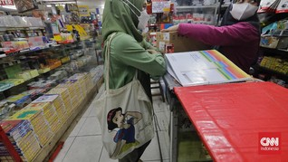 FOTO: Geliat Warga Kurangi Sampah Plastik di Pasar Tebet