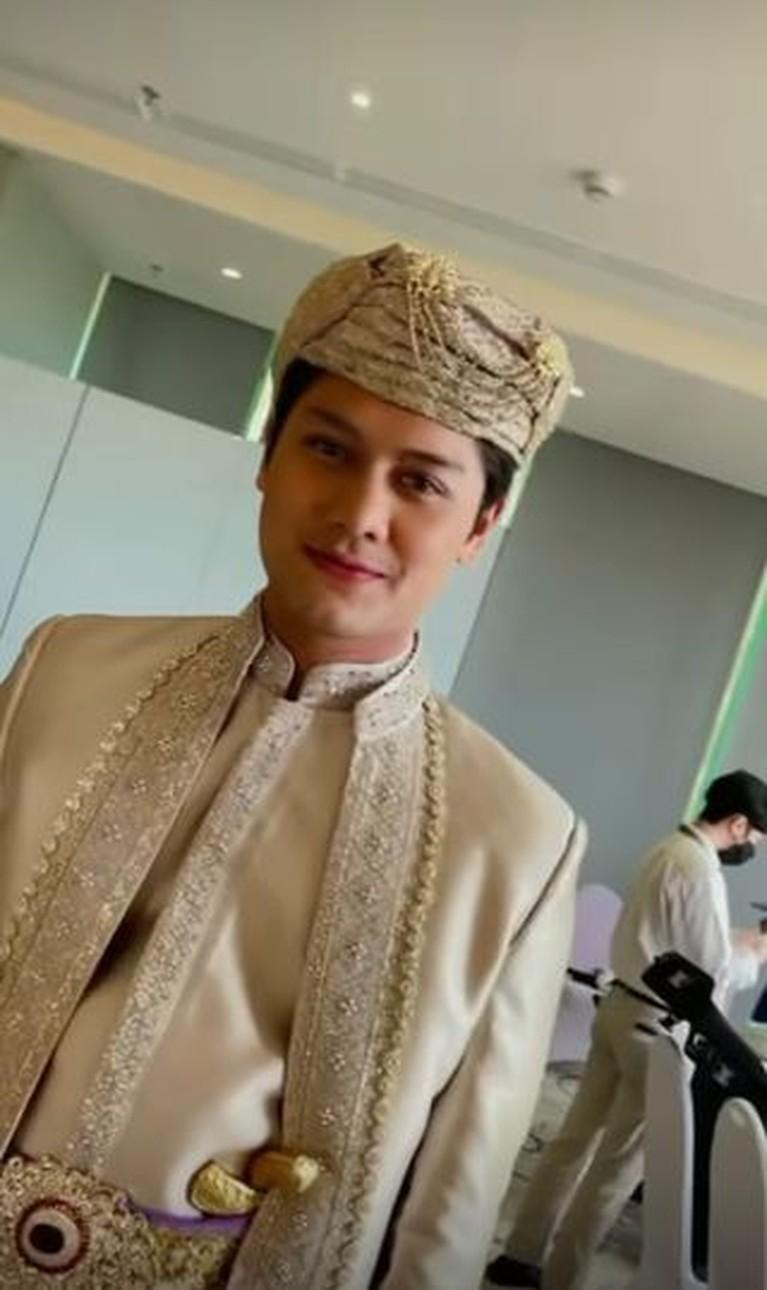 Rizky Billar mendapat gelar Panduko Rajo, yuk intip pesona Rizky Billar saat pakai baju adat Minang!
