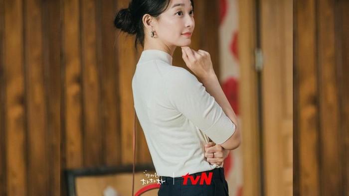 13 Tas Mewah Shin Min Ah di KDrama Hometown Cha Cha Cha Episode 1-4! Ada yang Harganya Hampir Rp500 Juta