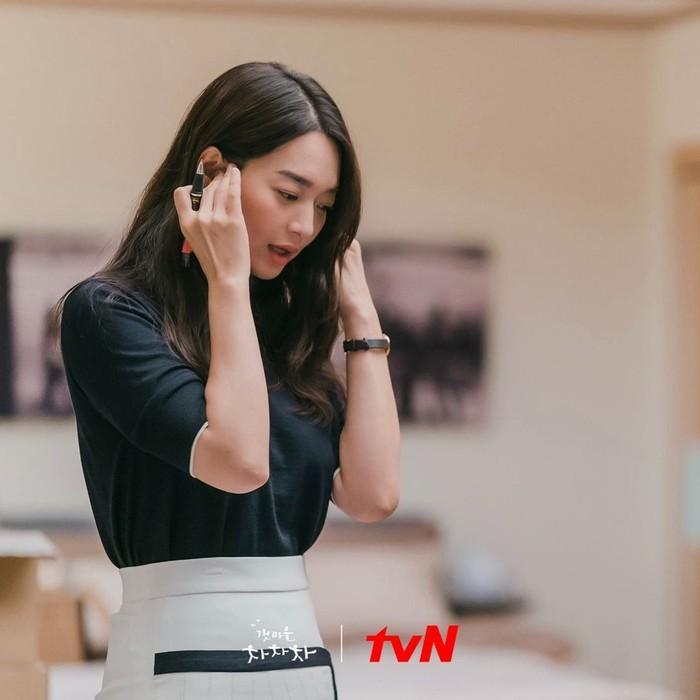 Shin Min Ah tampil sangat cantik dengan baju berwarna monokrom yang satu ini, pas untuk kamu yang nggak terlalu suka outfit warna-warni. Baju ini juga menunjukkan bentuk tubuhnya yang ramping dan terkesan elegan./Foto: instagram.com/netflixid