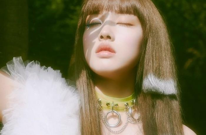 Tidak hanya itu, penata rambut juga memberikan sedikit warna di tiap helai ujung rambut Yoon. Jika dilihat dari foto teaser, Yoon sudah tiga kali mengganti warna di ujung rambutnya, yaitu pink, oranye, dan silver./Foto: twitter.com/STAYC_Official
