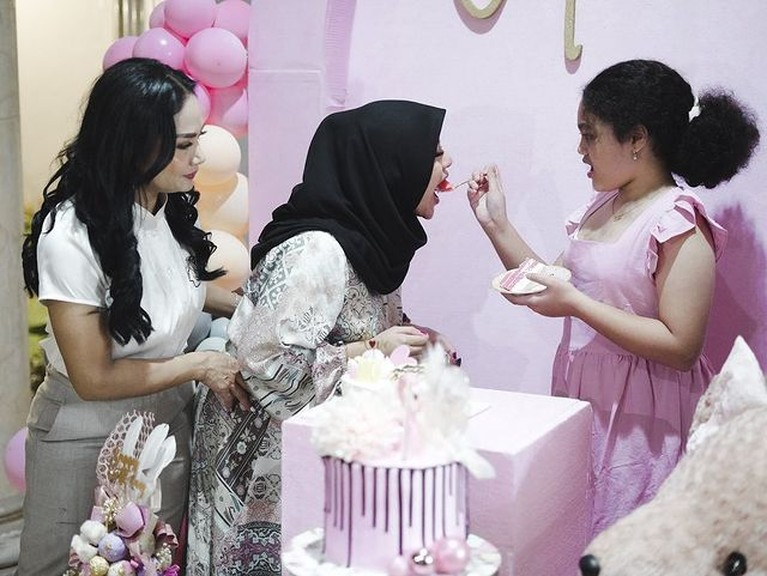 Ulang tahun Amora yang ke 10 juga dirayakan oleh kakak tirinya Aurel Hermansyah serta Atta Halilintar. Yuk intip momennya!